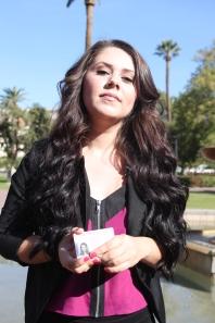 Alejandra muestra su permiso de trabajo.